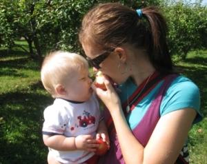 hols and caleb eating apple